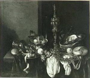 Pronkstilleven met fruit, krab, schelp, akeleibeker en siervaatwerk op een donker kleed met wit servet