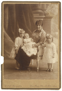 Portret van Cornelia (Keetje) van Ketwich Verschuur (1886-1975) met haar kinderen