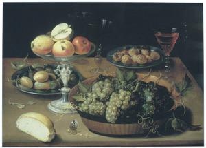 Stilleven met vruchten, wijnglazen en een broodje