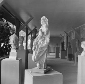 Het atelier van van Antoine Bourdelle met beeldhouwwerk van een vrouwelijke heilige ten voeten uit