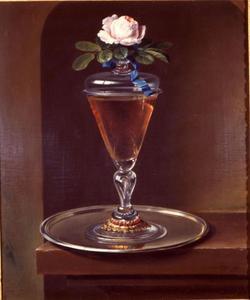 Stilleven van een groot wijnglas met deksel en een roos in een nis