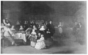 Etend, drinkend  en musicerend gezelschap in een interieur, met een binnentredend oud paar
