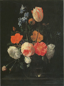 Rozen, een tulp, een hyacint en andere bloemen in een glazen vaas op een stenen plint