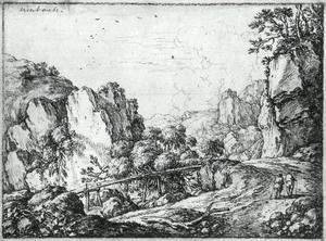 Berglandschap met houten brug en reizigers lopend langs een dal