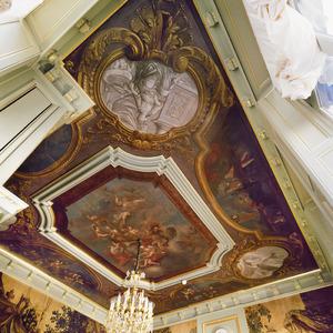 Plafondschildering omgeven door grisailles en putti achter balustrades