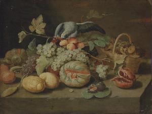 Druiven, vijgen, citroenen en andere vruchten met een papegaai op een stenen plint