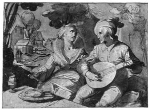 Luitspelende man en drinkende vrouw aan tafel