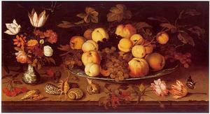 Vruchten op een porseleinen bord, bloemen in Wan Li-vaas, schelpen, wat kersen en bessen