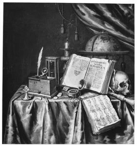 Vanitasstilleven met hemelglobe, gedoofde kaars, schedel, boeken, inktpot, horloge en andere voorwerpen gerangschikt op een tafel.