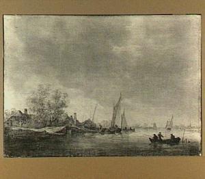 Riviergezicht met zeilboten, rechts op de voorgrond vissers in een roeibootje