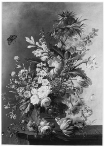 Bloemen in een vaas op een stenen blad