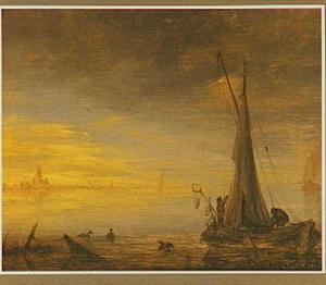 Vissersboot op kalm water bij opkomende zon