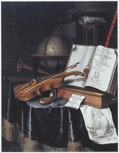 Vanitasstilleven met globe, viool, boeken, horloge en portret van de kunstenaar