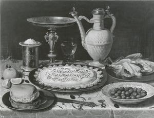 Stilleven met tazza, steengoed kan, zoutpot en lekkernijen