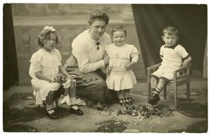 Portret van een onbekende vrouw en drie kinderen