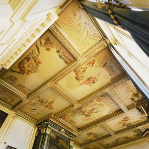 Twaalfdelig cassettenplafond met putti in een wolkenhemel omgeven door balustrades en grisailles