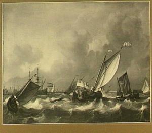 Een kaag en andere vaartuigen op een woelige binnenzee; links op de achtergrond het silhouet van een havenstad