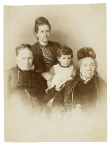 Portret van Louise Sophie Blussé (1801-1896), Maria Everardina Reuvens (1823-1914) en waarschijnlijk Ada de Vries (1852-1930) met een van haar kinderen