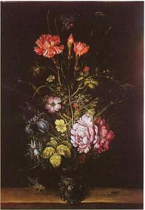Bloemen in een roemer, met links een sprinkhaan en rechts een vlieg
