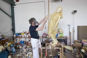 Folkert de Jong werkend in zijn atelier