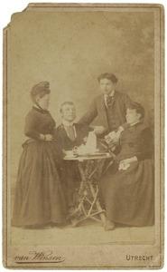 Portret van twee onbekende mannen en twee onbekende vrouwen