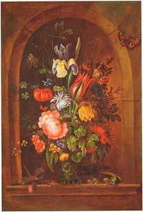 Bloemen in een glazen vaas met insecten, een kikker en een hagedis, in een nis