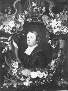 Mansportret omringd door een bloemenkrans