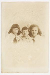 Portret van Marian Catharine Gobius (1910-1994), Louise Constance Gobius (1914-...) en Otto Willem Gobius (1916-...)