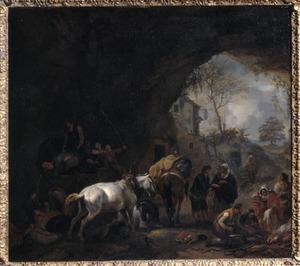 Gezicht in een grot met een huifkar uitladende reizigers, een handlezende zigeunerin en een smid bij een kampvuur