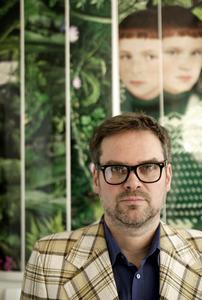 Portret van Ruud van Empel voor een van zijn werken in zijn atelier