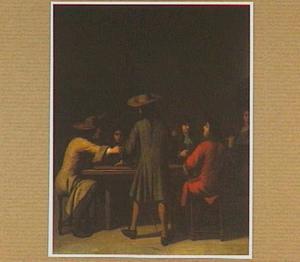 Interieur met rokende, pratende en triktrak spelende mannen rondom een tafel