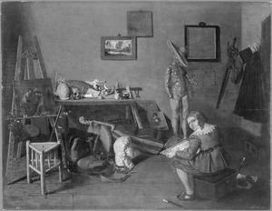 Jonge kunstenaar tekenend in zijn atelier