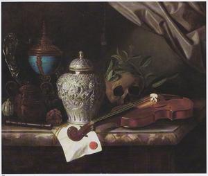 Vanitasstilleven met rijk bewerkte voorwerpen en viool