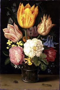 Bloemen in een glazen beker met braamnoppen, vlieg en rups