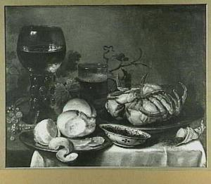 Stilleven met krab, geschilde citroen, brood, glas en bokaal