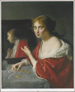 Jonge vrouw met juwelen en een spiegel