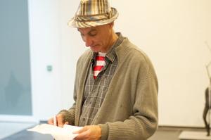 Henk Visch werkend in zijn atelier