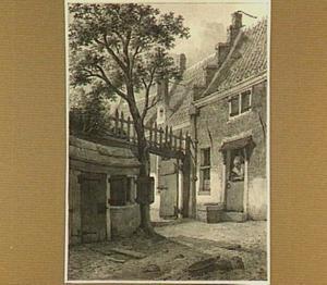 Huis en een vrouw die leunt over een onderdeur, gezien vanaf een binnenhof