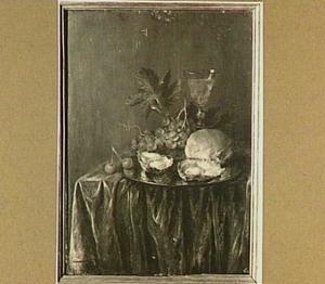 Stilleven met brood, oesters en druiven