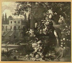 Stilleven van guirlande van vruchten en groente om een tuinvaas naast een fontein; links een doorkijk naar een huis