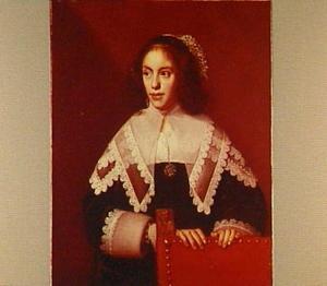 Portret van een vrouw met een kanten kraag, staande achter een stoel