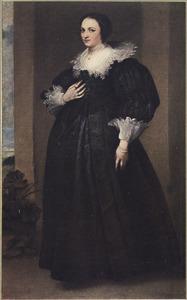 Portret van een vrouw met grote kanten kraag, staande ten voeten uit
