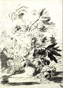 Bloemstilleven in een vaas op de hoek van een balustrade