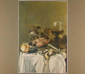 Stilleven met een krab op een tinnen bord, een roemer en een zilveren zoutvat