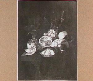 Stilleven met granaatappel, citroen, oester, brood, pruimen, druiven en glaswerk