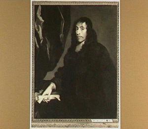 Portret van een man met een opgerolde brief in zijn hand