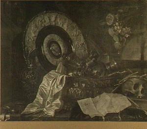 Stilleven met siervaatwerk, vaasje met bloemen, globe, boeken, een brief, een horloge en een schedel met een krans van stro