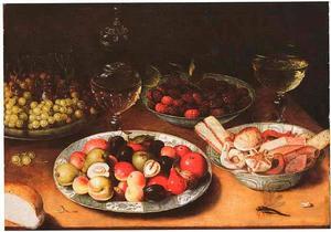 Stilleven van vruchten, glaswerk en koekjes