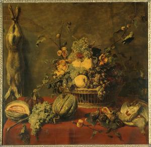 Stilleven van een rieten mand met vruchten en jachtbuit op een tafel
