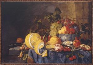 Vruchtenstilleven op een stenen blad met Chinees porseleinen kom op een donkerblauw kleed